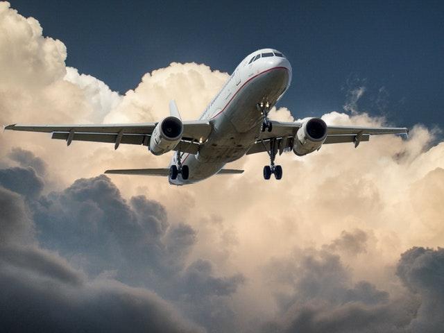Ett flygplan bland molnen